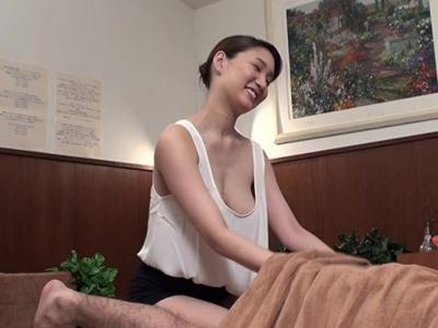 メンズエステ!マッサージ中にタンクトップから乳首がちらりw煽る性欲にたまらず挿入する姿を激写!