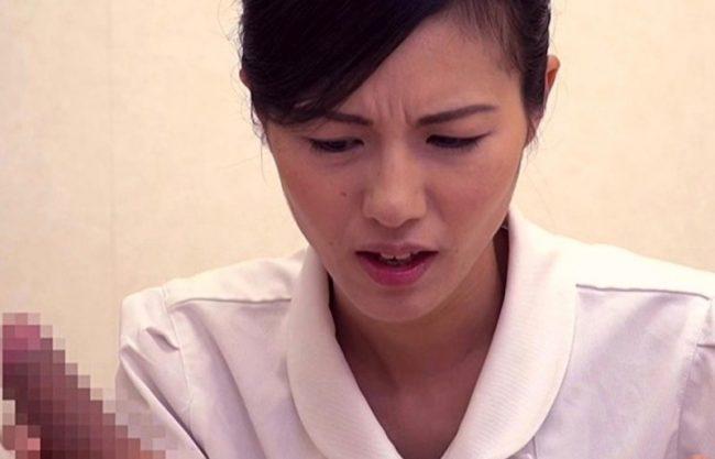 「え?おっきぃぃ」看護師が患者の性処理を優しくサポート!険しい顔で手コキする美人お姉さんw
