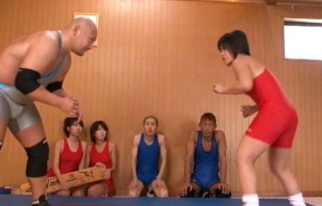男女混合レスリング!倒され即ハメエッチ!犯される姿を激写w