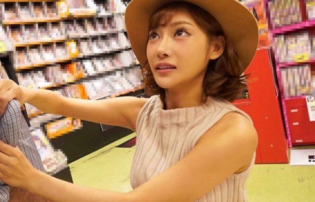 「こら〜悪口いったでしょ〜」明日花キララがファンの男性を逆ナンパ!お店でそのまま即ハメセックスの一部始終をハメ撮りエッチ
