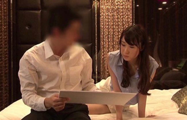 〔モニタリング〕女上司と男性部下がホテルでふらりっきり!理性と性欲のどちらかがつかモニタリング!寝取られる美女を激写w