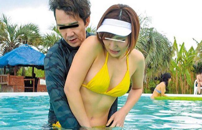 プールサイドで犯されるビキニギャルw抵抗するも犯される一部始終を撮影w水着姿のお姉さんを激写w