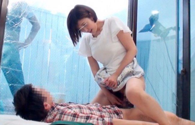 〔母子相姦〕爆乳おっぱいの美人妻が息子のために人肌脱ぐ姿w息子の童貞を優しく奪う姿をハメ撮り激写w