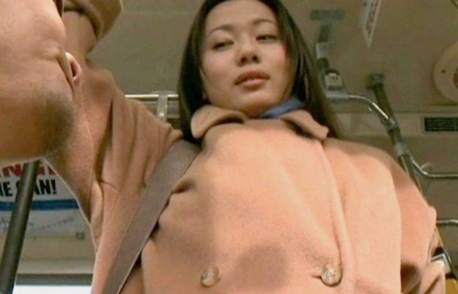 〔ヘンリー塚本〕「だめぇぇやめてぇぇ」淫乱痴女の熟女妻がバスの中で痴漢w犯される姿を捉えたエロスドラマを激写!!