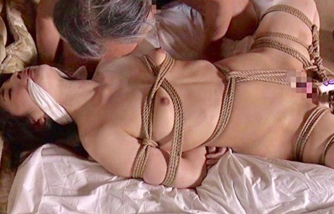 〔ヘンリー塚本〕「だめぇxえやめてえぇ〜」縛り上げられたお姉さんがジジイに犯され寝取られるドラマAVを激写!