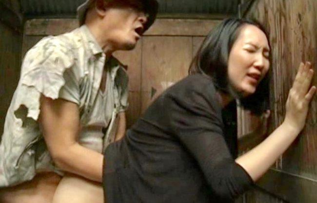 ヘンリー塚本!トイレで寝取られる熟女妻w犯される一部始終をハメ撮り撮影!エロスドラマを激写w