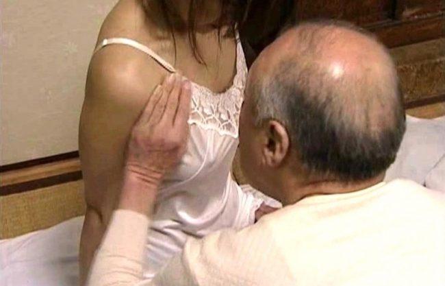 〔ヘンリー塚本〕淫乱痴女のおばさんがお金の力で寝取られるW爺との濃厚セックスをハメ撮りしたエロスドラマをハメ撮り激写!