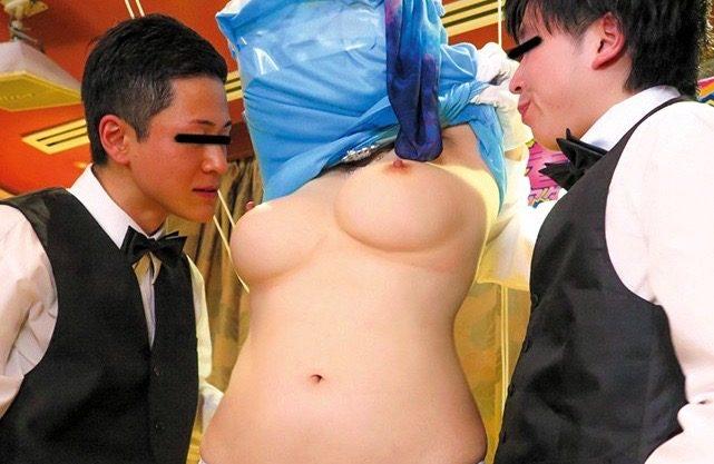 【素人企画】「あぁあ、ダメェえ〜」爆乳美女に羞恥プレイwドレス巾着で脱がされる服wエッチなバカ企画を激写w