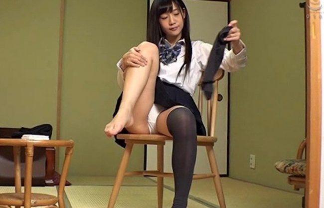 「もぉえっちなんだからぁ」セーラー服姿の美少女と着衣セックスwニーハイ美女の犯される姿をハメ撮りw