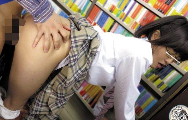 【女子校生×レイプ】本屋でメガネ姿の美少女に痴漢w犯される姿を激写!オマンコ犯される学生を撮影したエロ動画