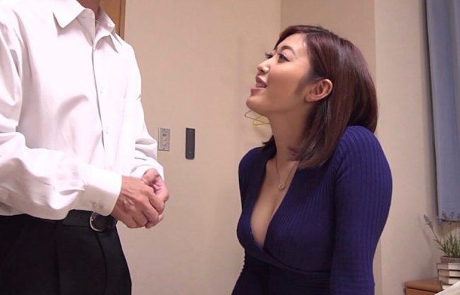 「もぉこんなに大きくなっちゃって♡」淫乱痴女の親戚のおばちゃんが濃厚フェラ抜きw優しく扱く美女と激写したエロ動画