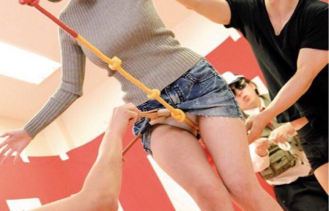 爆乳のお姉さんがエッチな綱渡り!失敗するたび過激な罰ゲームでNTRセックスw犯され感じる美女をハメ撮りしたエロ動画