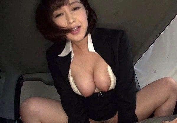 〔篠田ゆう×車内〕「だえぇぇ〜もっとぉついてぇぇ〜」爆乳おっぱいのお姉さんが車内で乱れる一部始終をハメ撮りセックスを激写