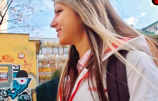 〔外人ナンパ企画×白人〕爆乳おっぱいのロシア人を口説いて即ハメエッチw犯され寝取られる激カワ制服娘をハメ撮りしたエロ動画